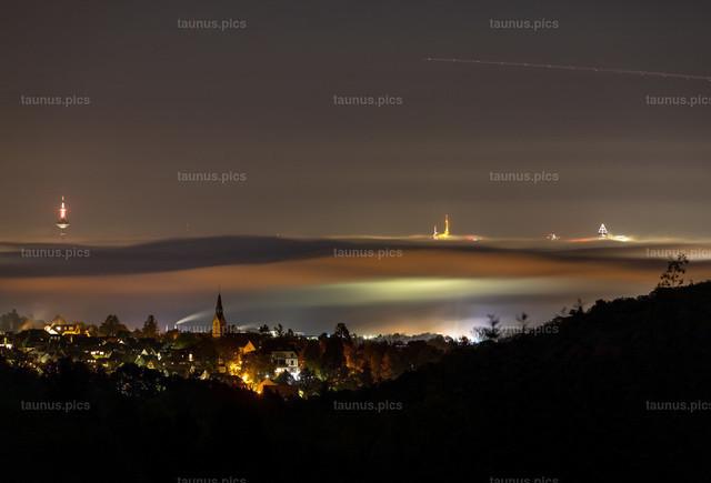 Frankfurter Skyline im Nebel   28.10.2019, Kronberg (Hessen): Blick über Kronberg in den Abendstunden auf die Frankfurter Skyline, die aus einer Nebeldecke herausragt.