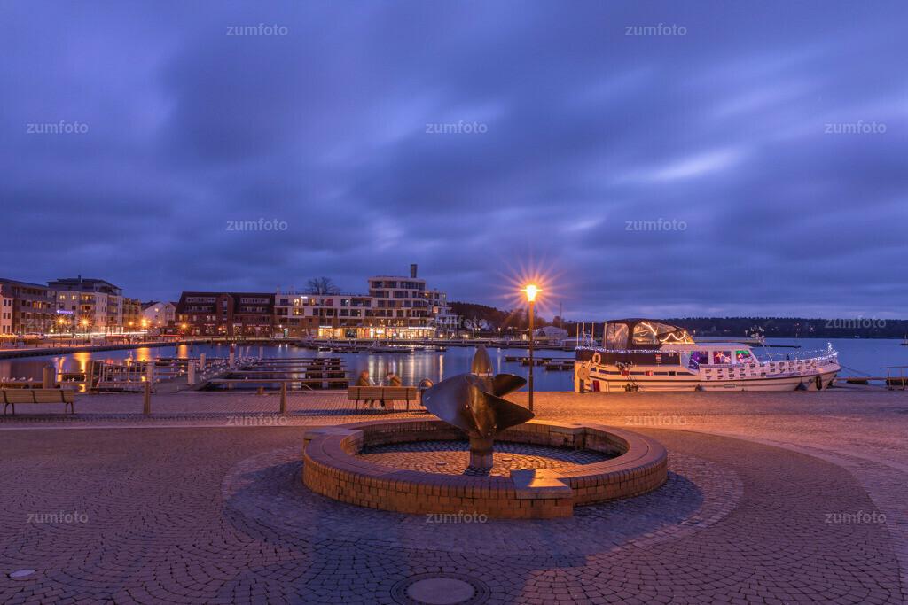171222_1632-5389-A | --Dateigröße 6720 x 4480 Pixel-- Nachtaufnahme im Stadthafen von Waren (Müritz)