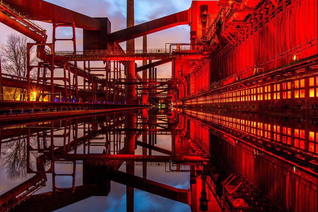 JT-160224-003 | Kokerei Zollverein, Welterbe Zeche Zollverein, beleuchtet Kokerei, Spiegelung im dem mit Wasser gefüllten Druckmaschinengleis, Essen, Deutschland,