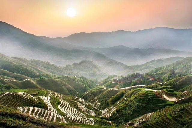 Über den Reisterrassen von Longsheng | Diese Landschaft hat sich in mein Gedächtnis gebrannt. Die Szene zählt, obwohl das Foto schon relativ alt ist, zu meinen persönlichen Highlights. Hier hat mich der Virus der Landschaftsfotogafie erwischt. Ein Sonnenaufang über den Reisterrassen von Longsheng in Südchina.