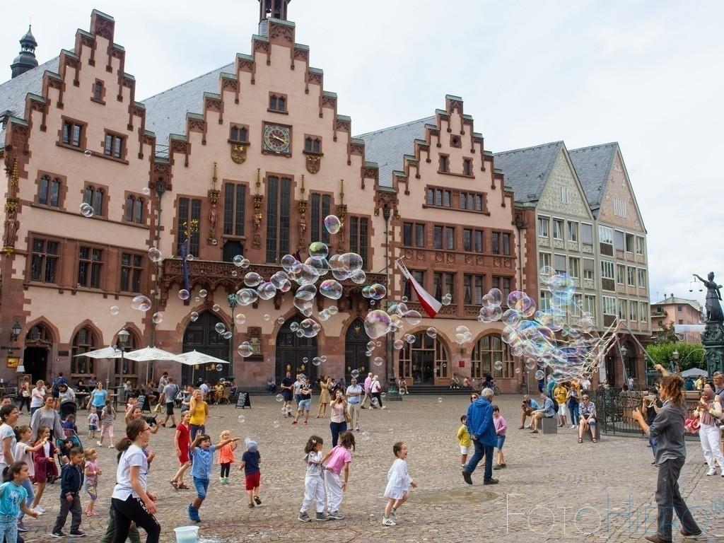 Seifenblasen vor dem Frankfurter Römer | Seifenblasen vor dem Römer (Rathaus) in Frankfurt am Main