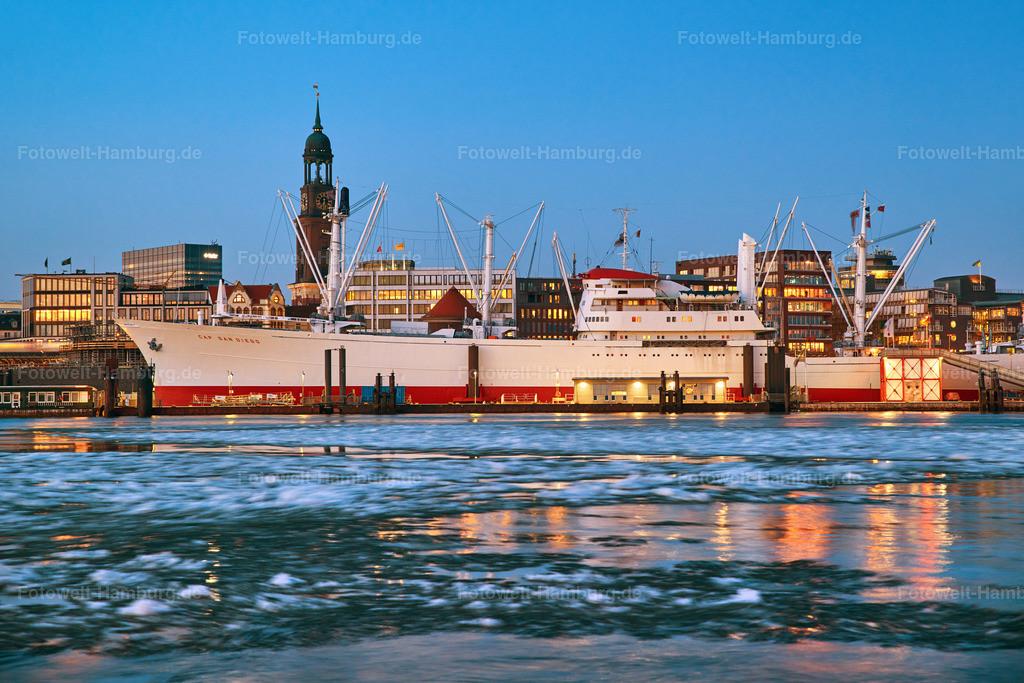 11977242 - Eisiges Hamburg | Blick über die eisige Elbe auf die Cap San Diego und den Michel