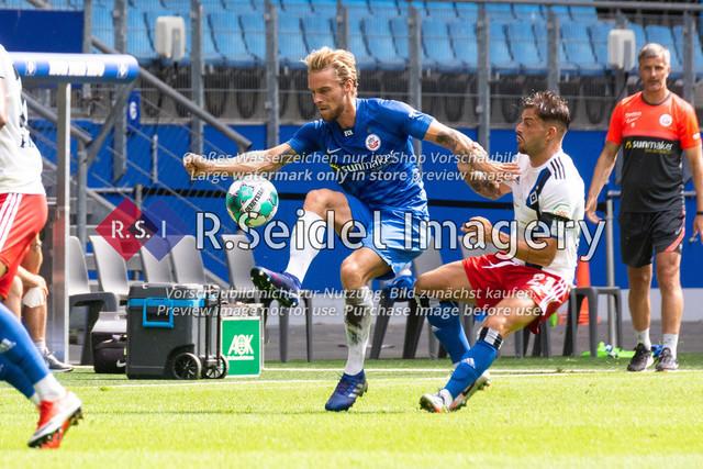 Fußball, Herren, Testspiel, Hamburger SV - FC Hansa Rostock, Volksparkstadion, 09.08.2020 | Nils Butzen (#16 Hansa Rostock), Tim Leibold (#21 HSV)