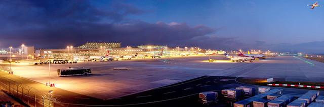 Panorama Flughafen Stuttgart Vorfeld und Terminals Nachtaufnahme | DEU/Deutschland, Filderstadt, 27.11.2011, Panorama Flughafen Stuttgart Vorfeld und Terminals Nachtaufnahme © 2011 Christoph Hermann Bild-Kunst Urheber 707707