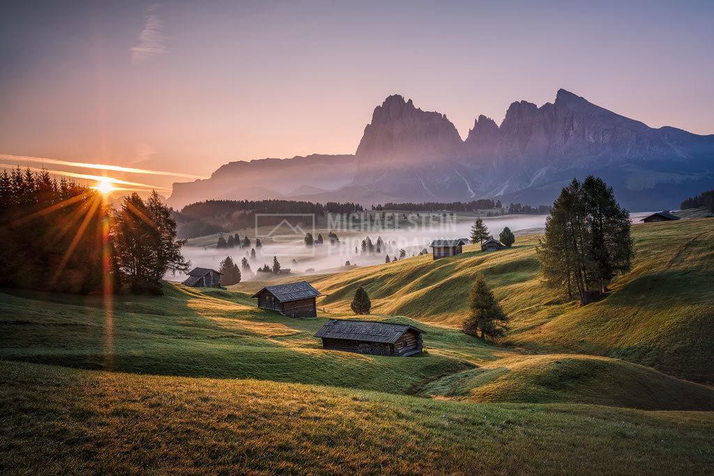 Italien - Goldene Stunde auf der Seiser Alm | Sonnenaufgang auf der Seiser Alm mit Nebel