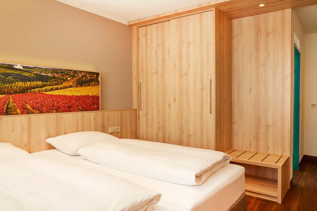 zimmer-superior-doppelzimmer-bett-01-hplus-hotel-stuttgart-herrenberg