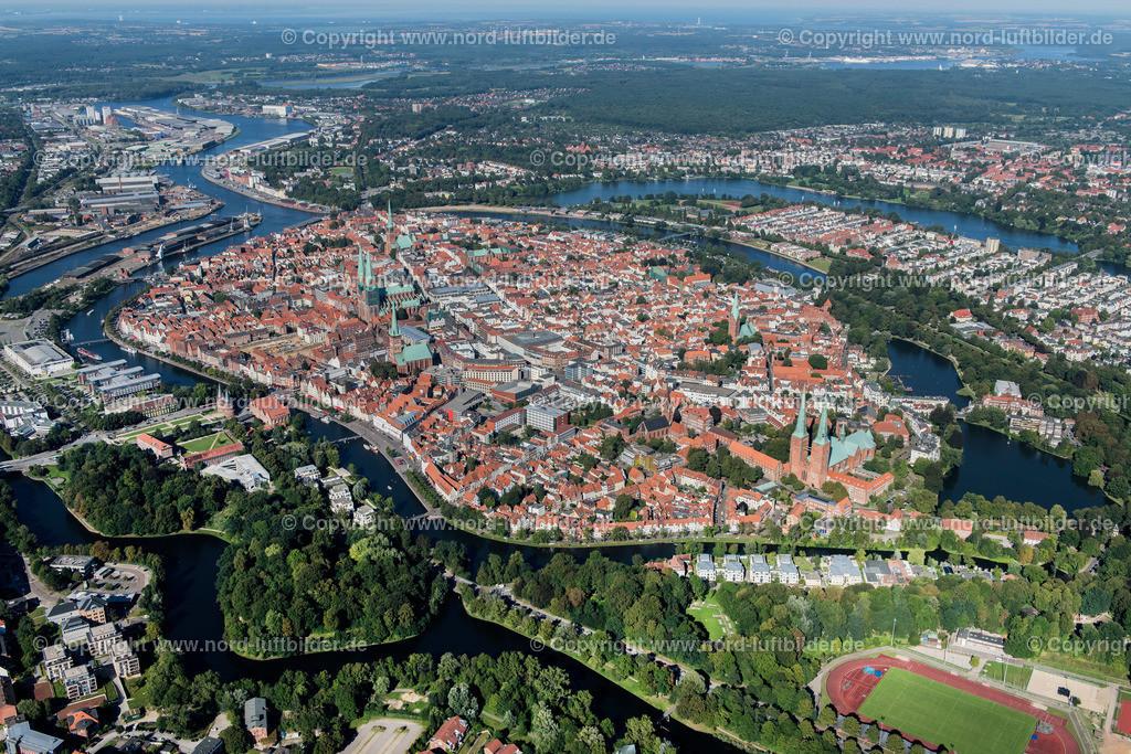 Lübeck_ELS_3766250816 | Lübeck - Aufnahmedatum: 25.08.2016, Aufnahmehöhe: 482 m, Koordinaten: N53°51.329' - E10°40.305', Bildgröße: 7140 x  4765 Pixel - Copyright 2016 by Martin Elsen, Kontakt: Tel.: +49 157 74581206, E-Mail: info@schoenes-foto.de  Schlagwörter:Schleswig-Holstein,Hansestadt,Altstadt,Fachwerk,Holstentor,Luftbild,Luftbilder,