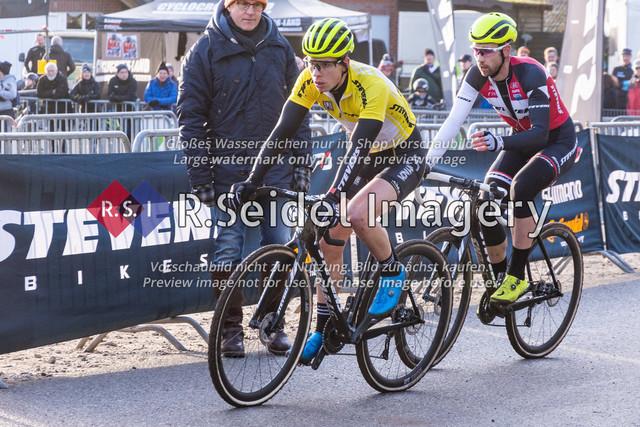 Radsport, Stevens Cyclocross Cup 2019, 10. Lauf (RSG Nordheide), Rennen 9 (Elite Herren + U23, Masters 2 / Elite Ü40 und Junioren U19), Buchholz i.d.N., 19.01.2020   Paul Lindenau (RV Germania Hamburg, #17, Elite), Yannick Gruner (Harvestehuder RV 1909 e.V., #38, Elite)