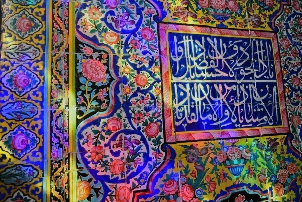 Moschee in Schiraz - Nasir-ol-Molk   Die Nasir-ol-Molk-Moschee, auch bekannt als Rosafarbene Moschee, ist eine Moschee in Schiras, Iran. Sie liegt am Gowad-e-Arabān-Platz in der Nähe der Schāh-Tschérāgh-Moschee.  Die Moschee wurde im Zeitalter der Kadscharen-Dynastie erbaut. Die Bauzeit war von 1876 bis 1888, der Bau selbst lag unter der Aufsicht von Mirzā Hasan Ali (Nasir ol Molk), einem Anführer der Kadscharen. Die Architekten der Moschee waren Mohammad Hasan-e-Memār und Mohammad Rezā Kāshi-Sāz-e-Širāzi. Die Nasir-ol-Molk-Moschee befindet sich zentral gelegen in der Stadt am Goade-e-Araban-Platz und wird bis heute von Gläubigen benutzt. Damals rief eine Stiftung den Bau der Nasir-ol-Molk-Moschee ins Leben. Diese Stiftung betreibt die Moschee bis heute.