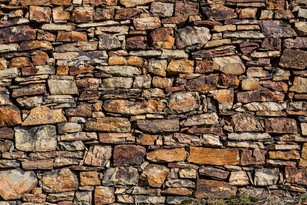 JT-150918-302 | Bruchsteinmauer in einem Weinberg,