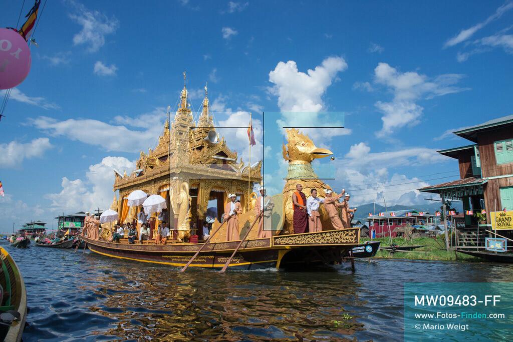 MW09483-FF | Myanmar | Nyaung Shwe | Reportage: Phaung Daw U Fest | Während der großen Bootsprozession transportiert die königliche Barke Shwe Hintha in Form eines Karaweik-Vogels vier goldene Buddha-Statuen von Dorf zu Dorf auf dem Inle-See.  ** Feindaten bitte anfragen bei Mario Weigt Photography, info@asia-stories.com **