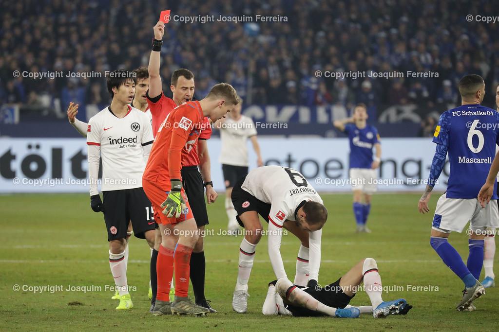 191215_schvssge_0080 | 15.12.2019 Fussball 1.Bundesliga, FC Schalke 04 - Eintracht Frankfurt  emspor  v.l.,  Torwart Alexander Nuebel (FC Schalke 04) bekommt die Rote Karte vom Referee, Schiedsrichter Felix Zwayer, Mijat Gacinovic (Eintracht Frankfurt) liegt am Boden    (DFL/DFB REGULATIONS PROHIBIT ANY USE OF PHOTOGRAPHS as IMAGE SEQUENCES and/or QUASI-VIDEO)