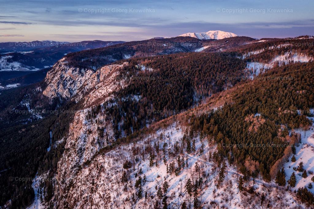 Sonnenaufgang über der Hohen Wand   Im Hintergrund der Schneeberg