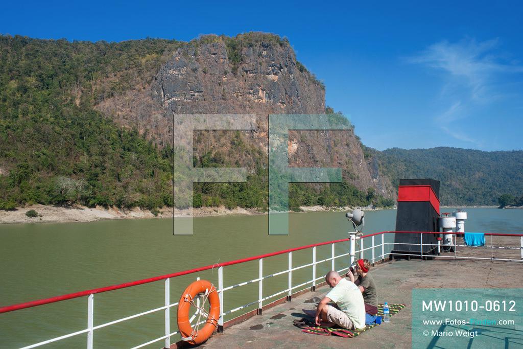 MW1010-0612 | Myanmar | Kachin State | Reportage: Schiffsreise von Bhamo nach Mandalay auf dem Ayeyarwady | Tiefes Felsental hinter dem Ort Sinkhan. Touristen an Bord der IWT-Fähre Pyi Gyi Tagon 2.  ** Feindaten bitte anfragen bei Mario Weigt Photography, info@asia-stories.com **