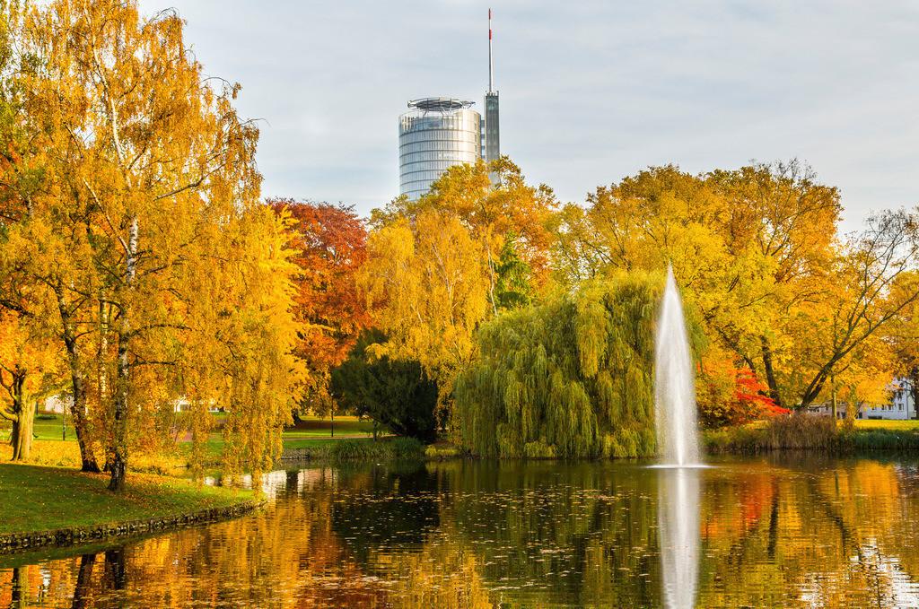 JT-151030-763 | Stadtpark Essen, Teich, Fontäne und Turm der RWE Hauptverwaltung, im Herbst