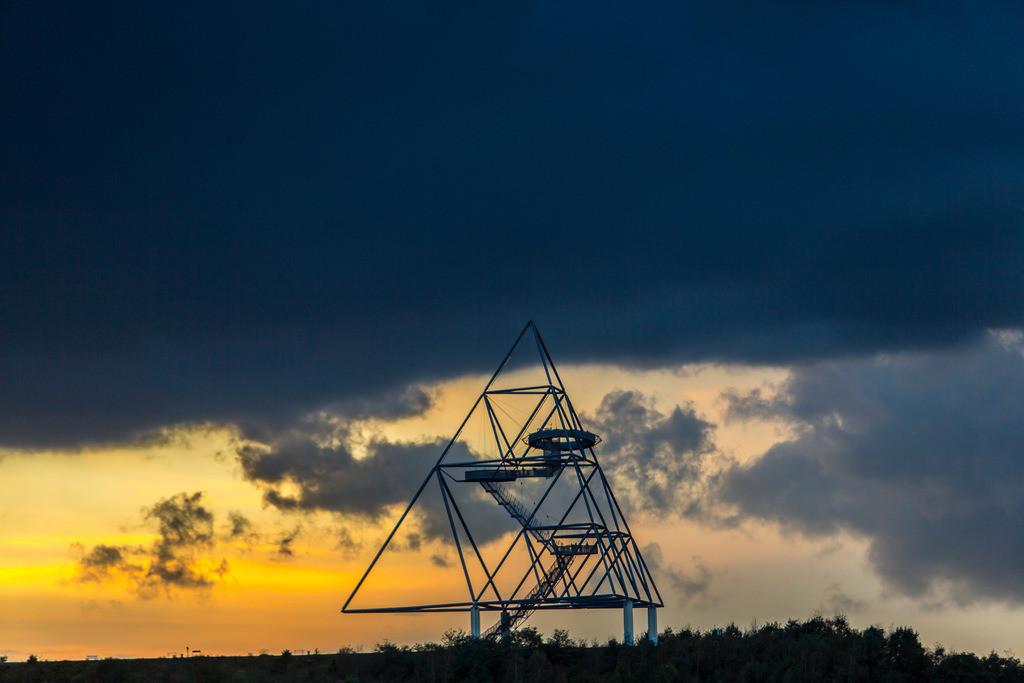 JT-141016-5026 | Landmarkenkunst auf der Halde an der Beckstrasse, in Bottrop, der Tetraeder. Entworfen von Wolfgang Christ. Begehbare Stahlpyramide, 50 Meter hoch. Aussichtsplattform
