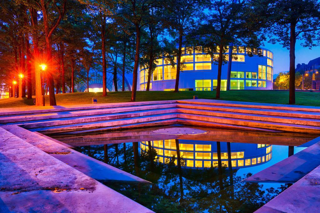 Stadthalle Bielefeld | Park der Stadthalle Bielefeld bei Nacht.
