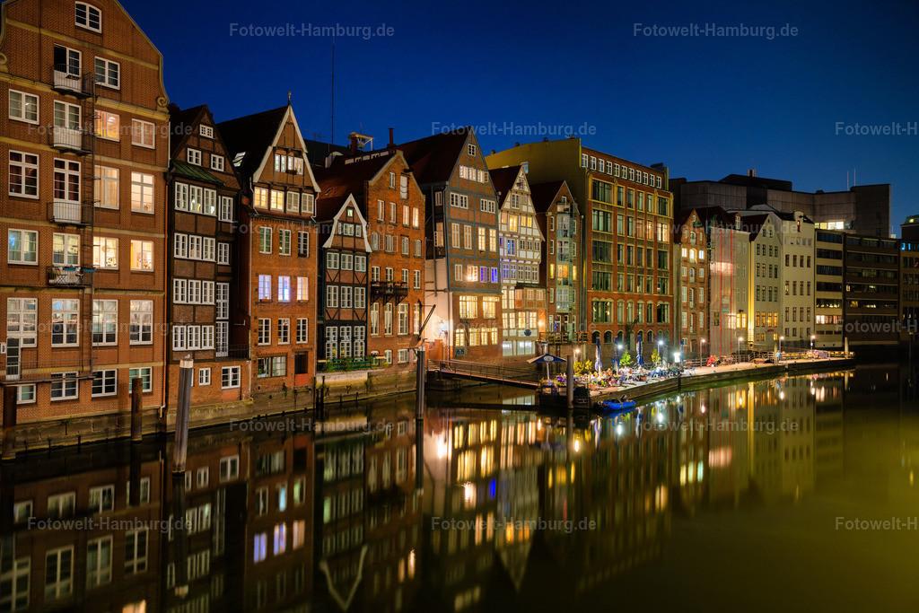 10200911 - Nikolaifleet bei Nacht | Blick über das Nikolaifleet auf die Fachwerkhäuser der Deichstraße.