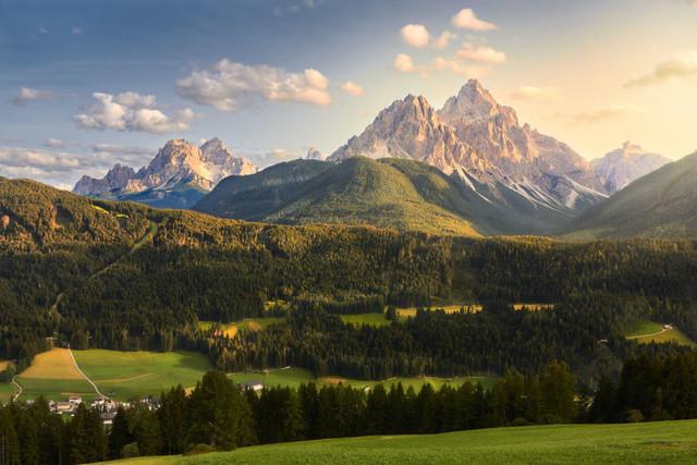 Gipfelgold in den Dolomiten | Das Alpenglühen ist weltbekannt. Auch wenn es im Sommer nicht ganz so stark ausgeprägt ist, ist es immer wieder faszinierend, diesem Schauspiel aus Licht beizuwohnen. Das Gipfelgold der Dolomiten.