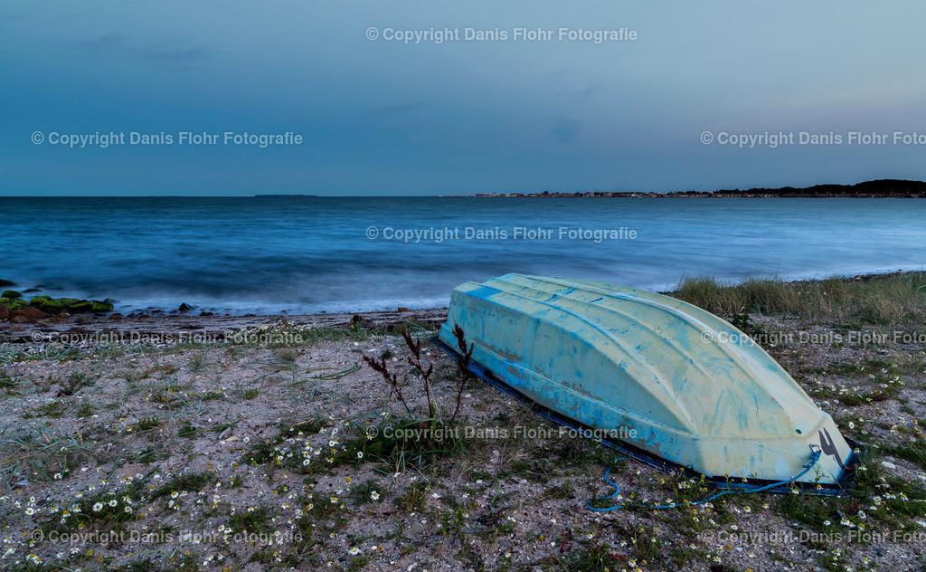 Gestrandet | Ein kleines Ruderboot liegt am Strand.