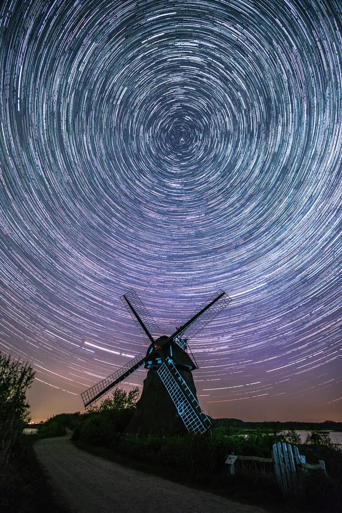 Round and Round   Sternenspuren am nördlichen Nachthimmel über der Windmühle Charlotte in der Geltinger Birk.