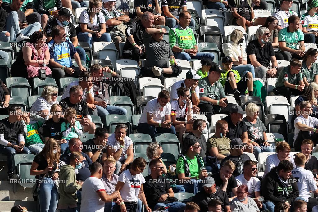 Borussia Moenchengladbach - FC Groningen  | Moenchengladbach, Deutschland, 31.07.2021: Fans von Borussia Moenchengladbach sind zu sehen ,    beim Testspiel zwischen Borussia Moenchengladbach und FC Groningen im Borussia-Park am 31. Juli 2021 in Moenchengladbach.  (Foto: BRAUER-Fotoagentur)   DFB / DFL REGULATIONS PROHIBIT ANY USE OF PHOTOGRAPHS AS IMAGE SEQUENCES AND/OR QUASI-VIDEO.