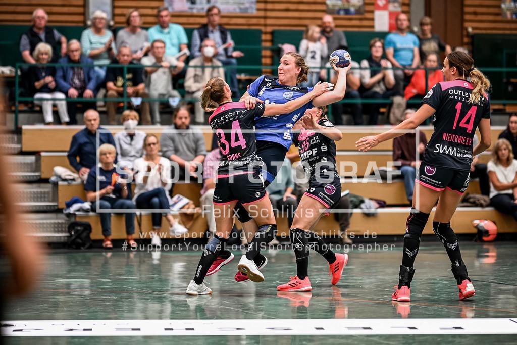 Handball I 1. HBF I Buxtehuder SV - TuS Metzingen 19.09.2020_00049   Silje Brons Petersen (#34, TuS Metzingen) gegen Johanna Heldmann (#4, Buxtehuder Sportverein); 1. HBF I Buxtehuder SV - TuS Metzingen am 19.09.2020 in Buxtehude  (Sporthalle Kurt-Schuhmacher Strasse), Deutschland