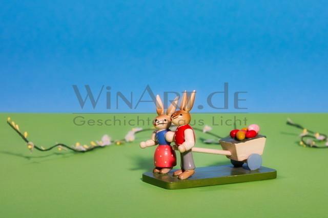 Osterhasen ziehen einen Wagen gefüllt mit Ostereiern | Ein Hasenpaar zieht gemeinsam einen mit bunten Eiern gefüllten Wagen.