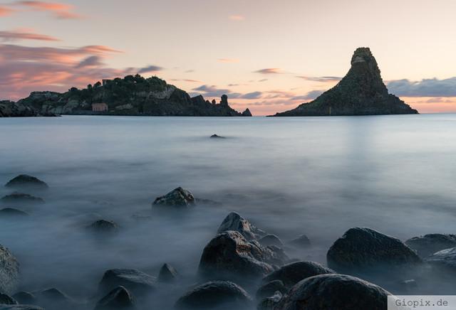Isole dei Ciclopi | Die Insel Lachea an der Zyklopenküste von Aci Trezza auf Sizilien zum Sonnenaufgang
