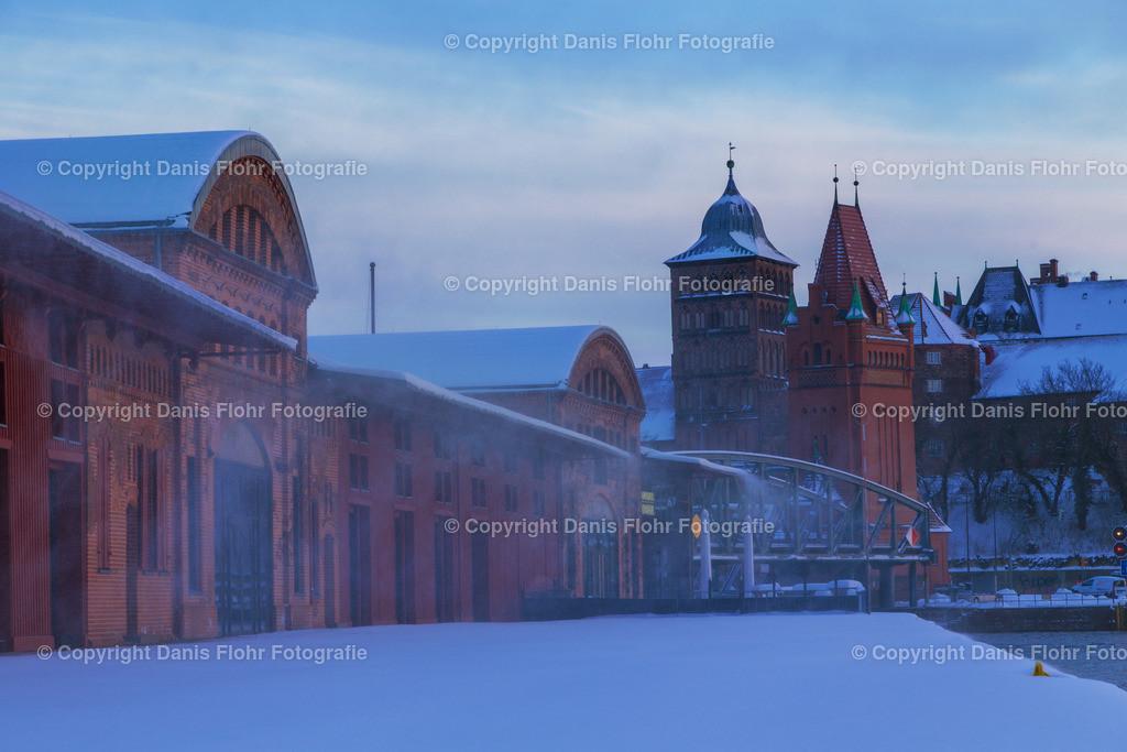 Hafenschuppen und Burgtor im Winter | Winterliche Stimmung am Lübecker Hafen, mit Blick auf Hafenschuppen und Burgtor.