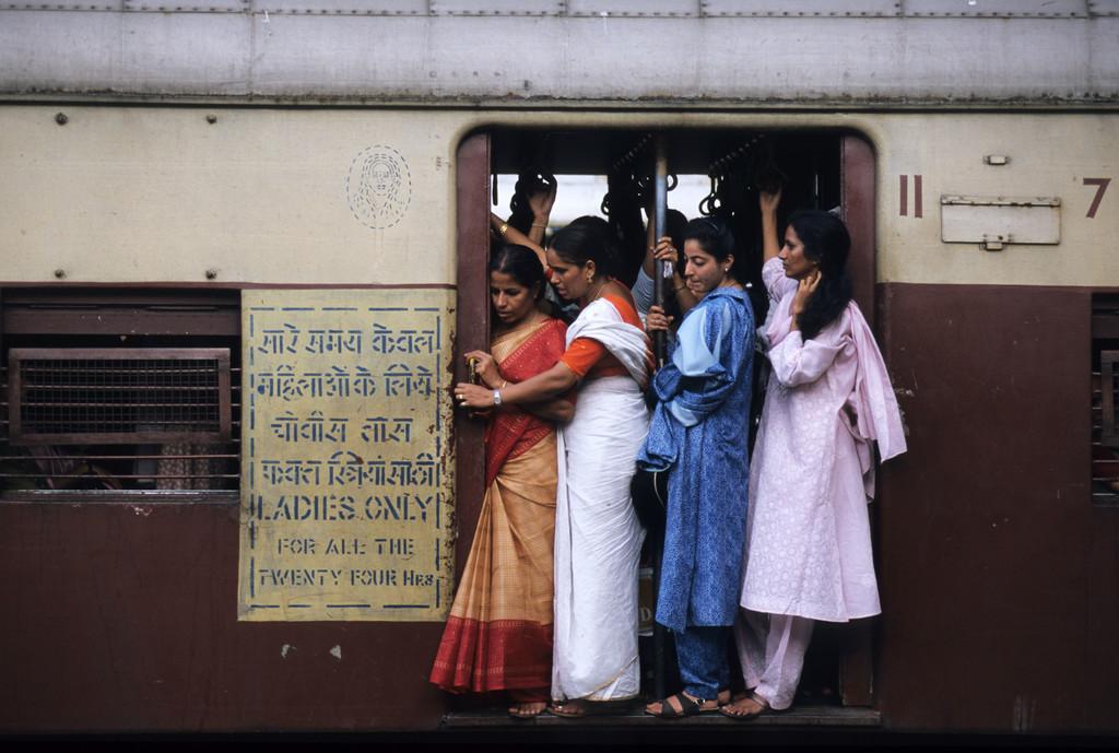 JT-040202-0013.jpg | Indien, Mumbai: Zentraler Bahnhof Victoria Terminus. Nahverkehrszuege fuer Pendler.