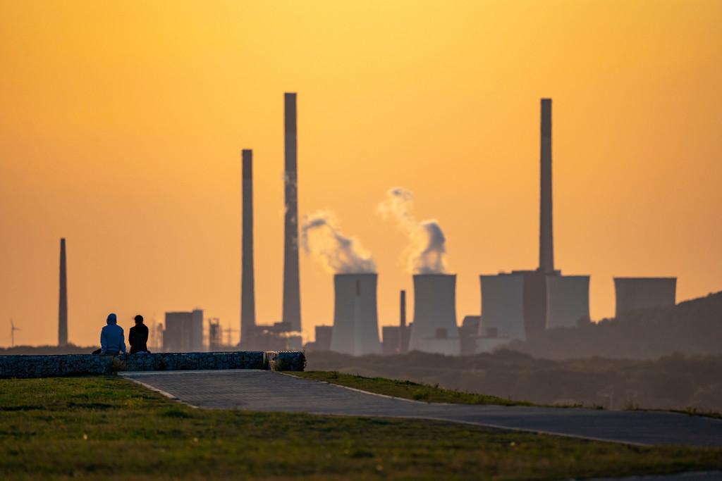 JT-200920   Abendstimmung auf der Halde Hoheward, hinten das UNIPER Kohlekraftwerk Gelsenkirchen-Scholven, größte Bergehalde im Ruhrgebiet, zwischen Herten und Recklinghausen, NRW, Deutschland,