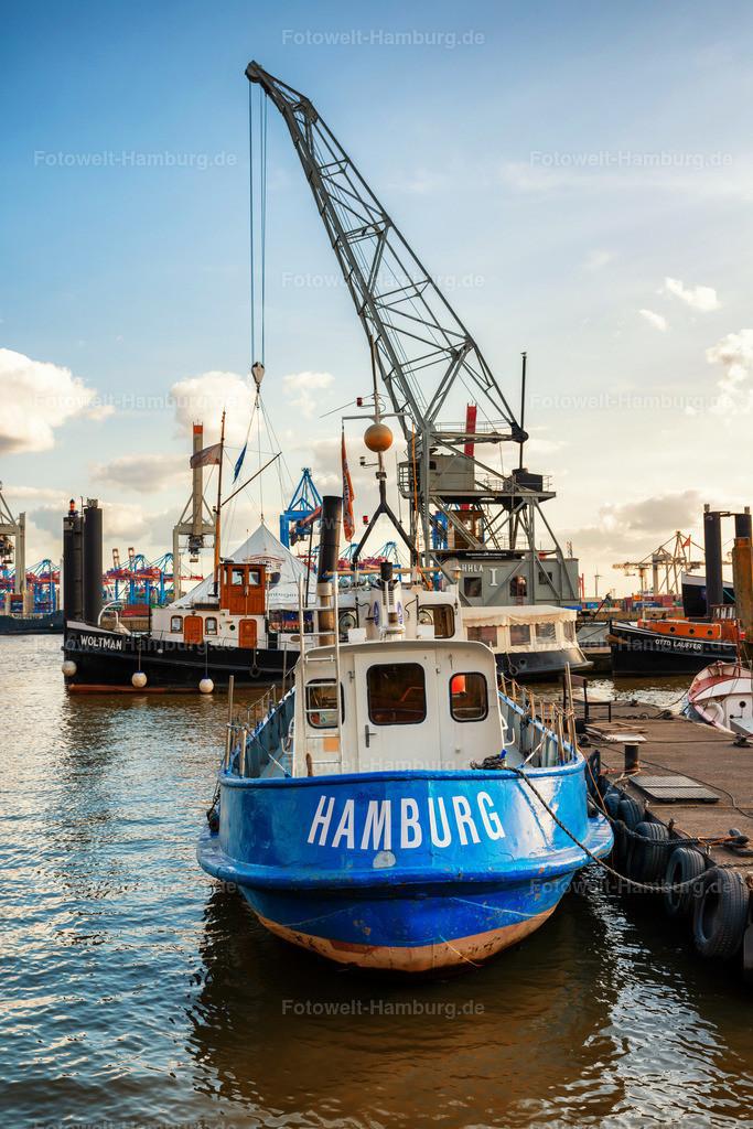10210507 - Museumshafen Övelgönne | Boot mit Hamburg Schriftzug im Museumshafen Övelgönne.