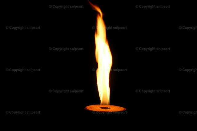 Flamme aus einer Feuerstelle | Eine helle Flamme über schwarzem Hintergrund