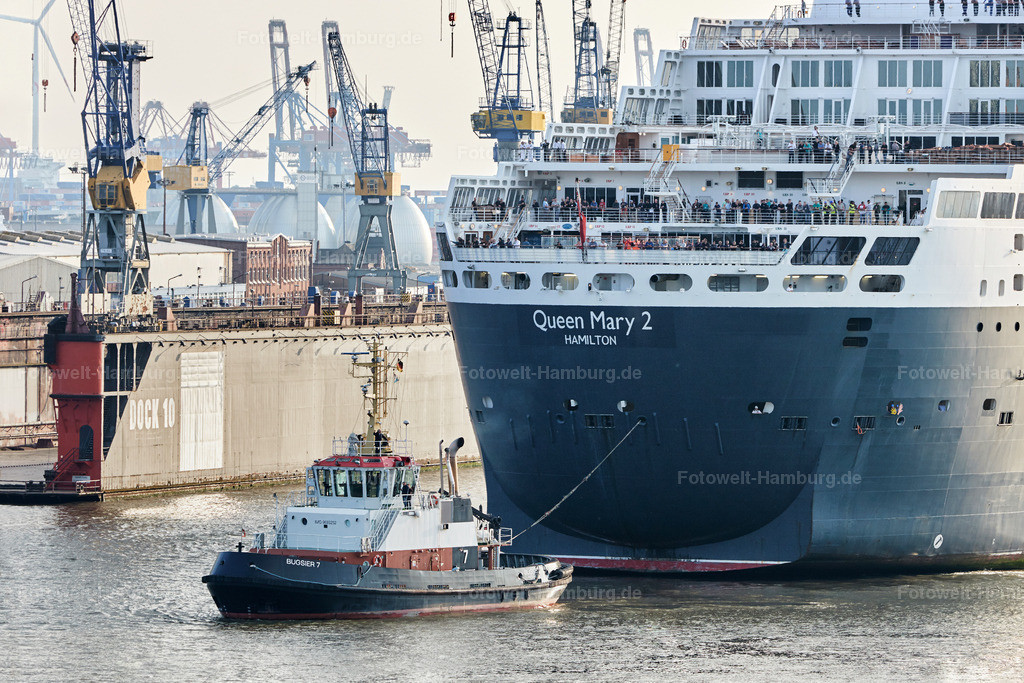 11786132 - Queen Mary 2 Detail mit Schlepper | Die Queen Mary 2 auf dem Weg zu Blohm+Voss im Hamburger Hafen.