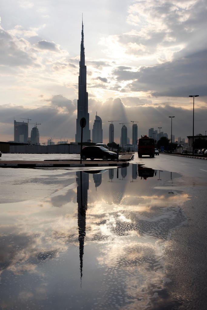 Dubai, Burj Dubai | Burj Dubai, höchstes Gebäude der Welt. Von der Oldtown Dubai aus gesehen, Teil der Downtown Dubai. Neues Stadtviertel rund um den Burj Dubai. Auf 700 Hektar Fläche sind Wohn- und Arbeitsraum für 750000 Menschen geschaffen worden. Zum Komplex gehören Bürogebäude,  Apartmenthäuser, das weltgrößte Einkaufszentrum Dubai Mall, verschiedenen Hotels und der Oldtown, einer neuen Altstadt im Arabischen Stil mit Basar, eine künstlicher See mit Riesenfontänen. Dubai, Vereinigte Arabische Emirate.