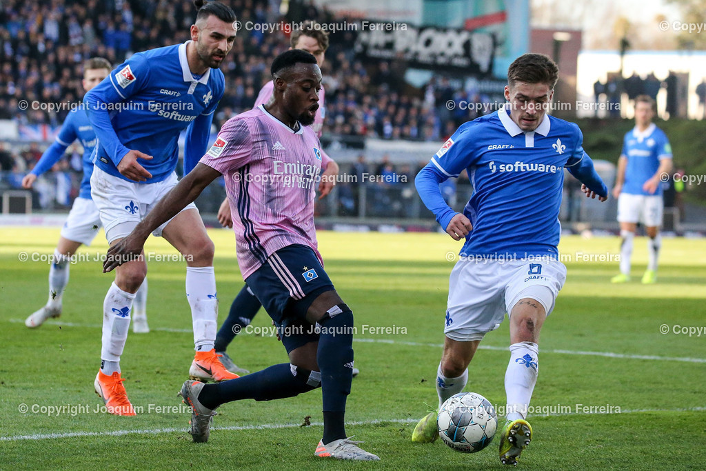 191221svdvshsv_0695 | 21.12.2019 Fussball 2.Bundesliga, SV Darmstadt 98-Hamburger SV emspor, despor  v.l.,  Serdar Dursun (SV Darmstadt 98), Khaled Narey (Hamburger SV), Marvin Mehlem (SV Darmstadt 98) Zweikampf, Action, Aktion, Battles for the Ball    (DFL/DFB REGULATIONS PROHIBIT ANY USE OF PHOTOGRAPHS as IMAGE SEQUENCES and/or QUASI-VIDEO)