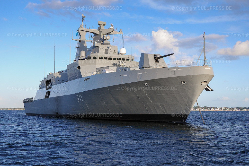 Fregatte vom Typ MEKO A-200AN   Fregatte vom Typ MEKO A-200AN, die F 911  'El Moudamir' vor Anker in der Strander Bucht. 2012 hat Algerien zwei Fregatten vom Typ MEKO-A200 bei TKMS in Kiel bestellt. Anfang 2019 hat die Bundesregierung den Export einer weiteren Fregatte vom Typ MEKO-A200 an Ägypten genehmigt. Aufgrund der Menschenrechtslage in Ägypten ist diese Genehmigung umstritten.