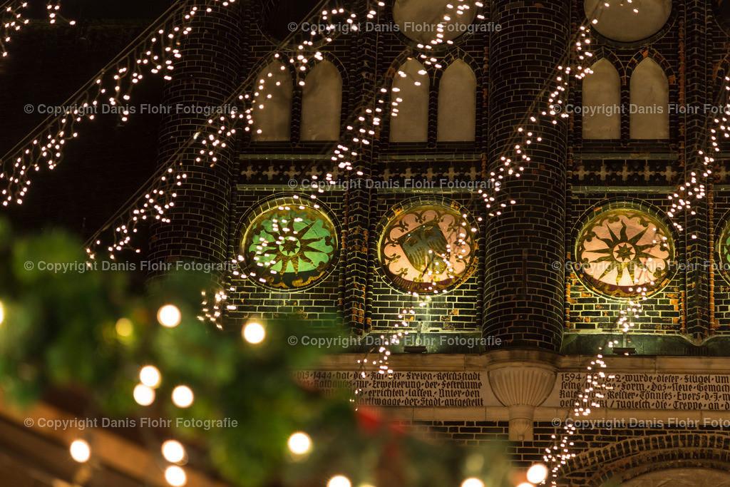 Rathaus & Weihnachtsmarkt | Weihnachtsmarkt in Lübeck, Details vom Rathaus mit Lichterketten