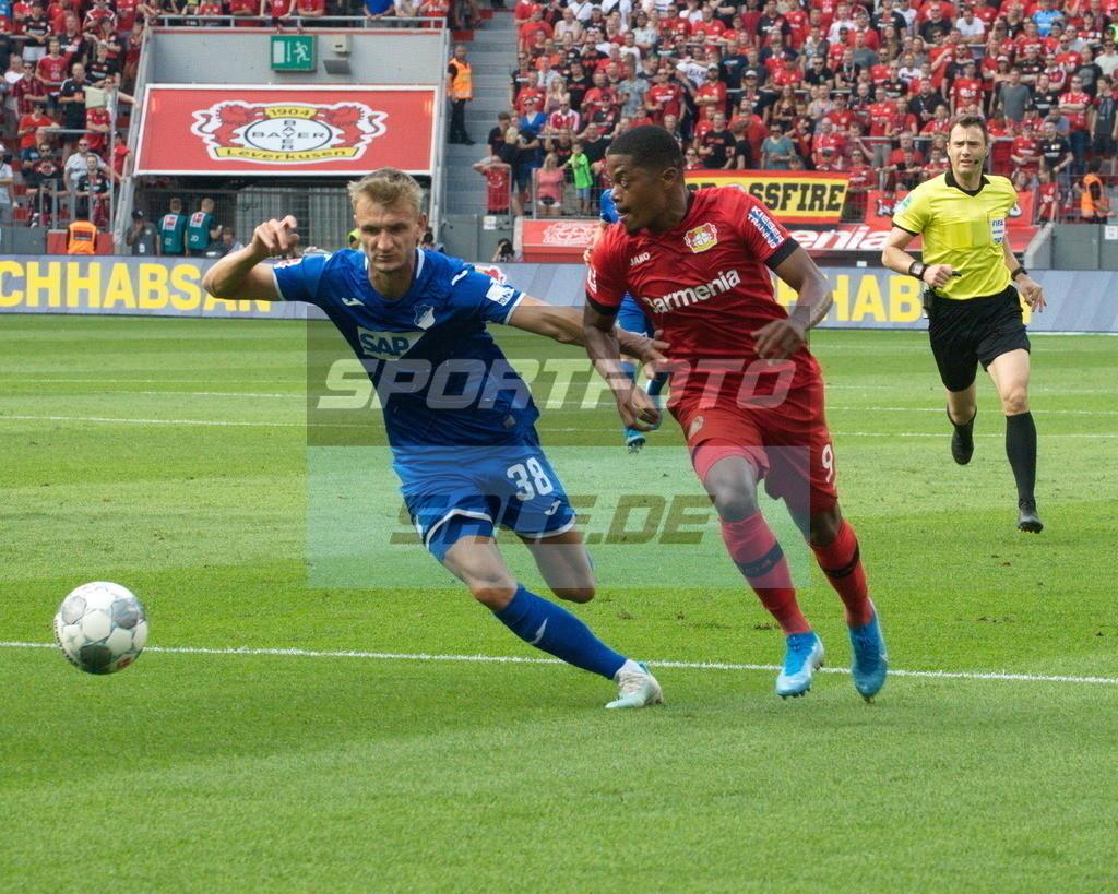 Bayer 04 Leverkusen - TSG 1899 Hoffenheim | Laufduell Stefan Posch gegen Leon Bailey (rechts)
