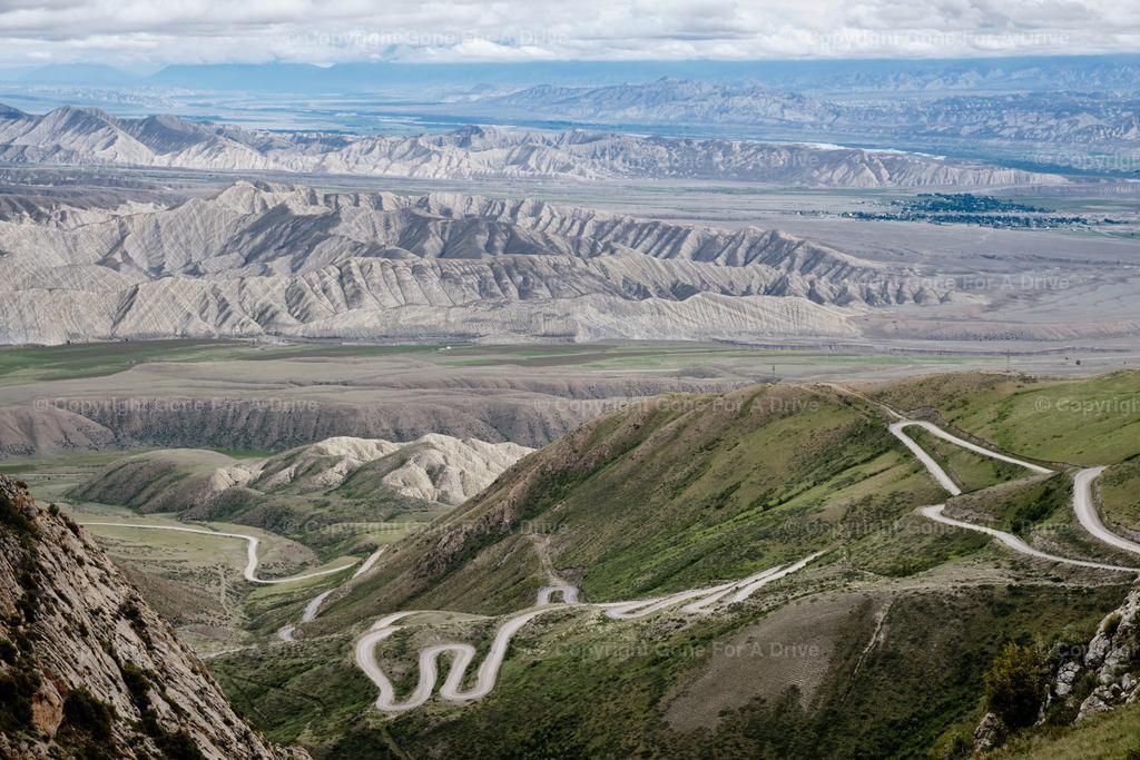 Kirgistan   Kurvenreiche Passstraße südlich des Songköl See