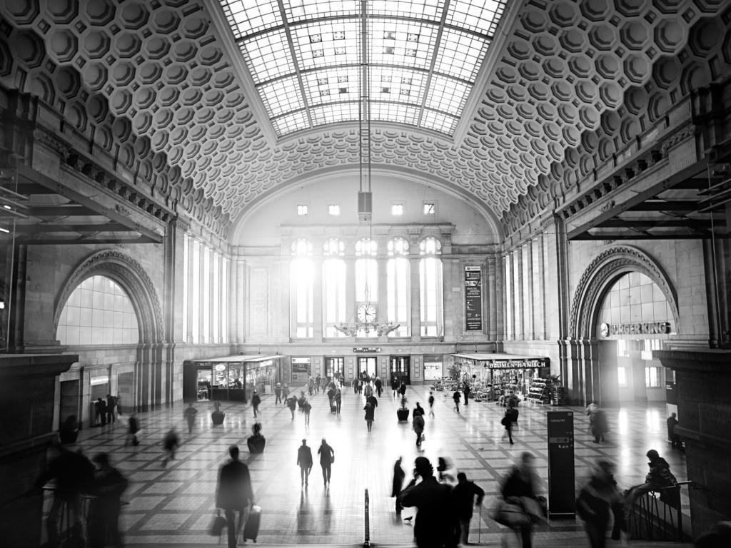 Leipziger Hauptbahnhof Osthalle   Ein ständiges Ankommen und Abschiednehmen. Leipzig das Drehtor zur Welt, mitten in Deutschland.