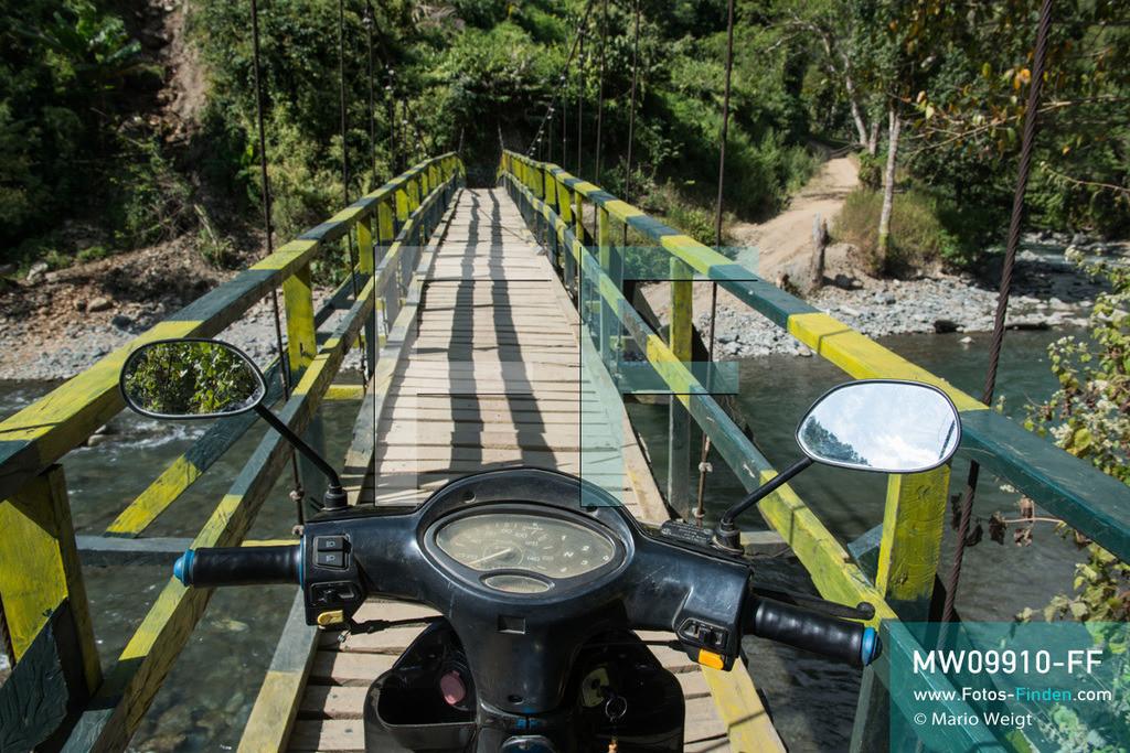 MW09910-FF | Myanmar | Mindat | Reportage: Mindat im Chin State | Hängebrücke über den Fluss Chit Chaung. Alle Waren müssen per Motorbike in die entlegenen Bergdörfer der Chin transportiert werden.    ** Feindaten bitte anfragen bei Mario Weigt Photography, info@asia-stories.com **