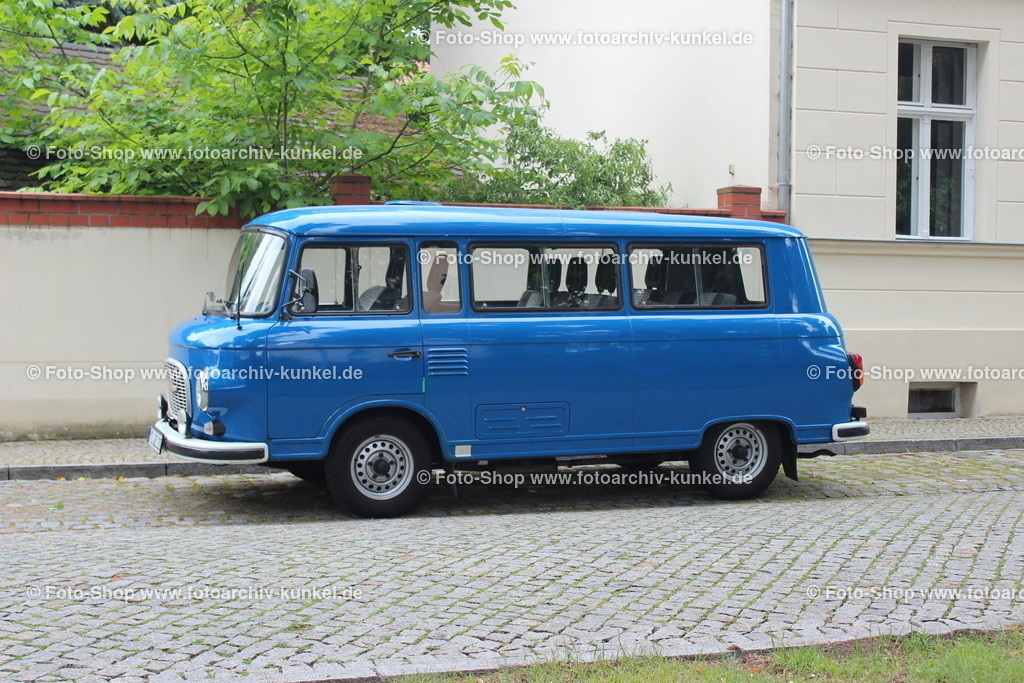 Barkas B 1000-1 KB Kleinbus Exportmodell, Luxusausführung, 1990   Barkas B 1000-1 KB Kleinbus Exportmodell, Luxusausführung, Baujahr 1990, mit Linzenz-Motor von VW, Farbe: Blau, Hersteller: VEB Barkas-Werke Karl-Marx-Stadt (Chemnitz), DDR
