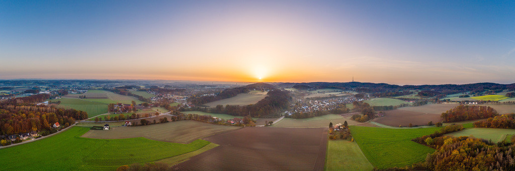 Sonnenaufgang über Hoberge-Uerentrup (Panorama) | Panoramabild eines Sonnenaufgangs über Hoberge-Uerentrup.