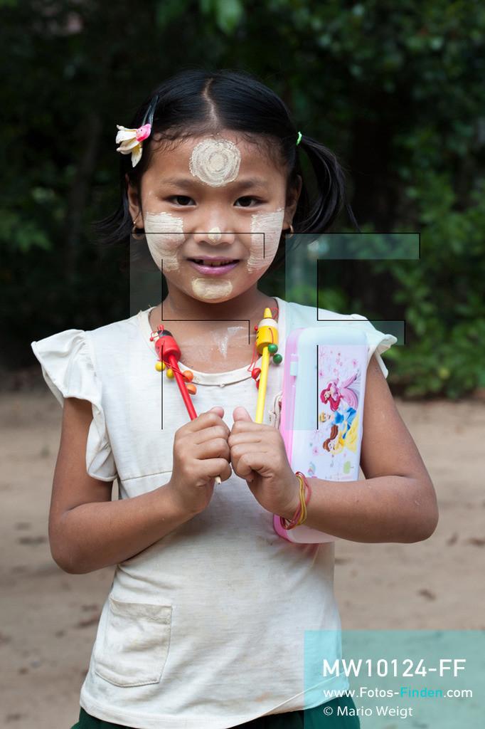 MW10124-FF   Myanmar   Hpa-an   Reportage: Zin mag Thanaka-Paste   Portrait von Zin. Die 7-jährige Nwe Zin Aye lebt im Dorf La Ka Nha nahe der Stadt Hpa-an. Sie bemalt gern ihr Gesicht mit Thanaka-Paste. Nach der burmesischen Tradtition tragen fast alle Mädchen und Frauen diese Art von Schminke.   ** Feindaten bitte anfragen bei Mario Weigt Photography, info@asia-stories.com **