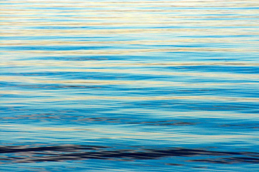 Best. Nr. wasser12 | Ruhige Wasserfläche am Bodensee im WInterlicht | Das Element Wasser steht mit dem Norden in Verbindung, seine Farben sind blau, blauviolett und schwarz, seine Form ist wellig oder tropfenförmig oder unregelmäßig. Wasser passt sich jeder Form an und formt doch diedie Umgebung. Es steht in Verbindung mit Kommunikation, Übermittlung von Ideen und den Künsten, daher eignen sich die Motive besonders für Kreativagenturen und das Umfeld der (digitalen) Medien, zu Hause sind das Badezimmer aber auch das Arbeitszimmer typische Orte, an denen Wasserbilder eingesetzt werden können.
