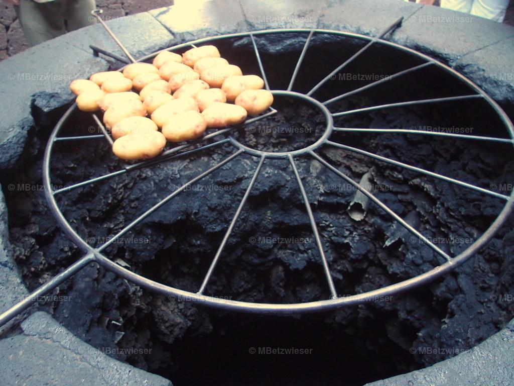 P5060990 | Grillen auf dem Vulkan im Timanfaya Nationalpark Lanzarote
