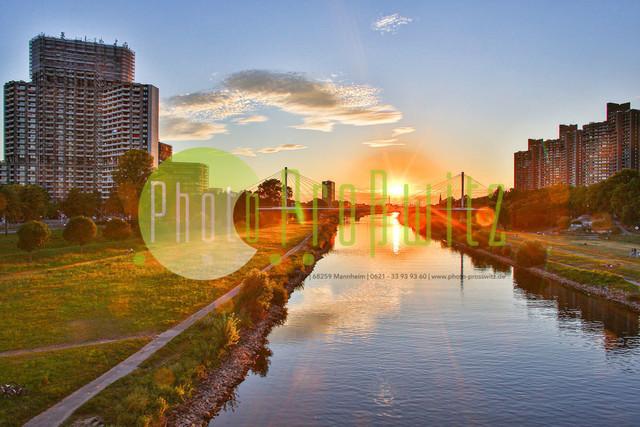 Sonnenuntergang am Neckar   Mannheim. 28JUL20   Mannheim in der Abendsonne am Neckar. Sonnenuntergang. Mit Neckaruferbebauung und dem Collins Center (links)   BILD- ID 2111   Bild: Photo-Proßwitz 27JUL20