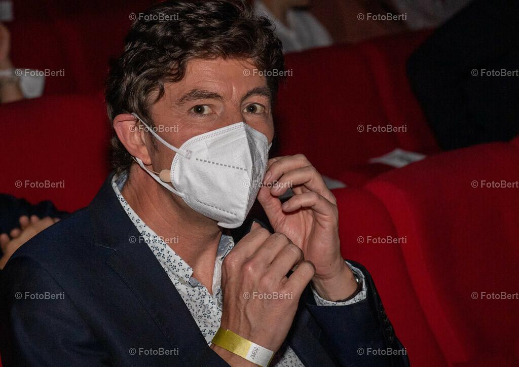 Verleihung der Urania-Medaillie   Preisträger: Virologe Prof. Dr. Christian Drosten mit FFP2 - Maske